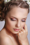 有花饰的美丽的年轻新娘在她的头发 美丽面对她感人的妇女 青年时期和护肤概念在白色b 库存图片