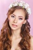 有花饰的美丽的年轻新娘在她的头发 美丽面对她感人的妇女 青年时期和护肤概念 若虫 库存照片