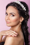 有花饰的美丽的年轻新娘在她的头发 美丽面对她感人的妇女 青年时期和护肤概念 若虫 免版税库存图片