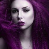 有苍白皮肤和紫色头发的女孩以吸血鬼的形式 Insta颜色 免版税库存图片
