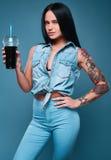 有苏打的美丽的迷人的纹身花刺女孩 库存照片