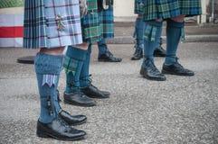 有苏格兰苏格兰男用短裙的人腿在街道 免版税库存照片