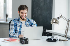 有英俊的人在膝上型计算机的录影交谈 免版税库存图片