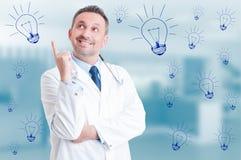 有英俊的医生认为和一个新的想法 免版税库存照片