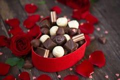 有英国兰开斯特家族族徽和巧克力的礼物盒在木背景 免版税库存照片