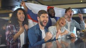 有英国旗子的体育迷庆祝国家队的胜利,爱国心 股票录像
