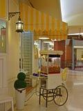 有英国经典葡萄酒样式装饰的玉米花客厅 库存图片