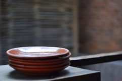 有英王乔治一世至三世时期信件的黏土板材在难看的东西背景,土气样式的木桌上 描述-名字 图库摄影