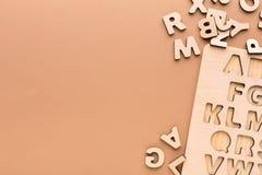 有英语字母表信件的木板 免版税库存照片