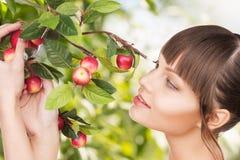 有苹果枝杈的妇女 库存照片