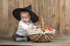有苹果篮子的万圣夜婴孩  免版税库存图片