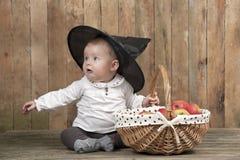 有苹果篮子的万圣夜婴孩  免版税库存照片
