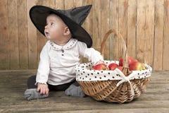 有苹果篮子的万圣节婴孩  免版税图库摄影