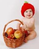 有苹果篮子的女婴 免版税库存照片