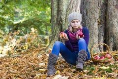 有苹果篮子的女孩  图库摄影