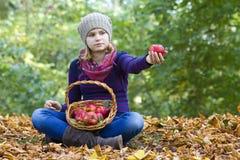 有苹果篮子的女孩  免版税库存图片
