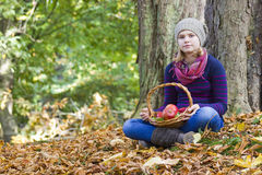 有苹果篮子的女孩  免版税库存照片