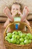 有苹果篮子的孩子 免版税库存图片