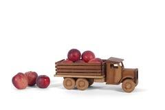 有苹果装载的玩具卡车  免版税库存图片