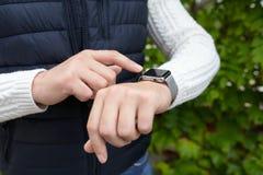 有苹果计算机手表的人手 库存照片