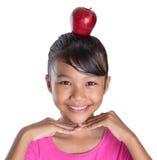 有苹果计算机的女性少年在她顶头IV 免版税库存照片