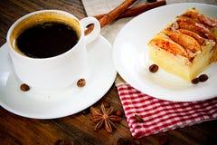 有苹果饼的咖啡杯在伍迪背景 库存图片