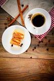 有苹果饼的咖啡杯在伍迪背景 免版税图库摄影
