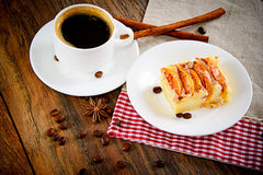 有苹果饼的咖啡杯在伍迪背景 图库摄影