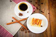 有苹果饼的咖啡杯在伍迪背景 免版税库存图片