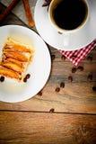 有苹果饼的咖啡杯在伍迪背景 免版税库存照片