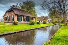 有茅屋顶的显耀的老荷兰村庄,羊角村,荷兰,欧洲 免版税库存图片