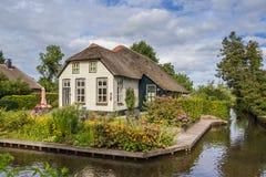 有茅屋顶的白色农厂房子在羊角村 免版税库存图片
