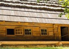 有茅屋顶的老好的木房子 免版税库存图片