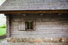 有茅屋顶的老木房子 图库摄影