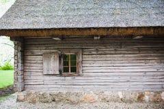 有茅屋顶的老木房子 免版税库存照片