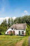 有茅屋顶的老被放弃的农厂房子 图库摄影