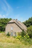 有茅屋顶的老被放弃的农厂房子 库存图片