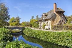 有茅屋顶的议院在女王/王后的小村庄,凡尔赛 免版税图库摄影