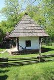 有茅屋顶的议院在Dimitrie Gusti全国村庄博物馆在布加勒斯特 免版税库存图片