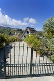 有茅屋顶的议院在Madei海岛上的篱芭后  库存图片