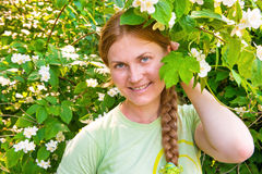 有茉莉属花的俏丽的妇女 免版税库存照片