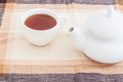 有茶和茶壶o桌的杯 库存图片