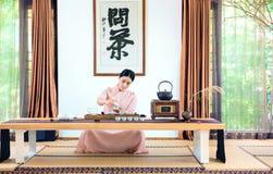 有茶壶中国茶道的一名妇女 免版税库存照片