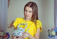 有茶壶的俏丽的妇女 免版税库存图片