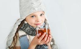 有茶杯子的美丽的愉快的微笑的冬天女孩 笑的女孩 库存照片