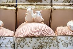 有茶杯的逗人喜爱的老鼠玩具坐沙发 软的动物玩具 早晨好概念 童年背景 浪漫礼品 免版税库存照片