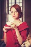 有茶的妇女。 库存图片