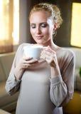有茶的少妇 库存图片