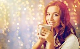 有茶的愉快的妇女或咖啡在家 免版税图库摄影