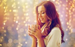 有茶的愉快的妇女或咖啡在家 库存图片